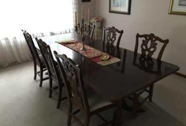 Lovely classic extendable dining room suite